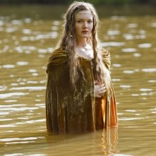 Holly Grainger in una scena della serie Merlin