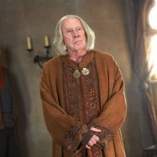 Richard Wilson e Colin Morgan in una scena della serie Merlin