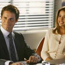 Julie Gonzalo e Sam Jaeger in una scena dell'episodio Help! di Eli Stone