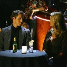 Natasha Henstridge e Sam Jaeger in una scena dell'episodio Help! di Eli Stone