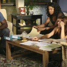 Taye Diggs, Audra McDonald, Kate Walsh e Kadee Strickland in una scena dell'episodio 'Una visita inaspettata' della serie tv Private Practice