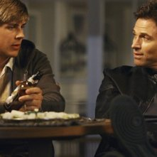Tim Daly e Chris Lowell in una scena dell'episodio 'Addison dà una festa' della prima stagione di Private Practice
