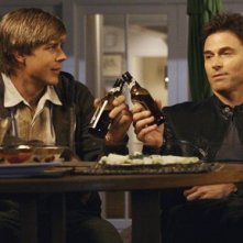 Tim Daly insieme a  Chris Lowell in una scena dell'episodio 'Addison dà una festa' della prima stagione di Private Practice