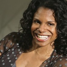 Un sorriso smagliante di Audra Mc Donald in una scena dell'episodio 'Una visita inaspettata' della serie tv Private Practice