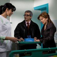 Maria Grazia Cucinotta, Pasquale Falcone e Rosaria De Cicco in una scena del film Io non ci casco