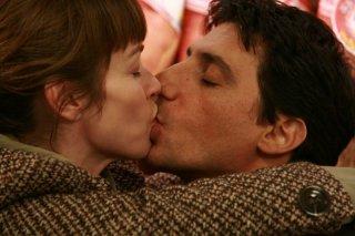 Stefania Rocca ed Emilio Solfrizzi in un momento romantico della serie Tutti pazzi per amore