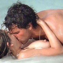 Una sexy scena del film L'isola dei sopravvissuti (Three, 2005) con Kelly Brook e Juan Pablo Di Pace