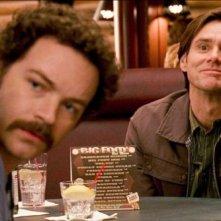 Danny Masterson e Jim Carrey in una scena del film Yes Man