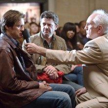Jim Carrey, John Michael Higgins e Terene Stamp in una scena del film Yes Man