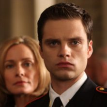 Susanna Thompson e Sebastian Stan in una scena della serie Kings