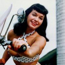 Bettie Page, celebre pin-up degli anni '50 in un'immagine a colori