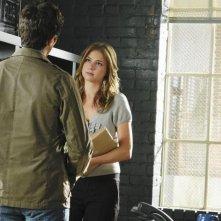 Emily VanCamp e di spalle Dave Annable in una scena dell'episodio 'Unfinished Business' della serie tv Brothers & Sisters