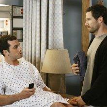 Matthew Rhys e Luke Mac Farlane in un momento dell'episodio 'Just a Sliver' della terza stagione di Brothers & Sisters