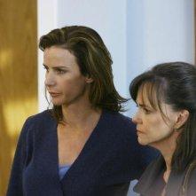 Sally Field e Rachel Griffiths in un momento dell'episodio 'Just a Sliver' della terza stagione di Brothers & Sisters