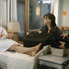 Sally Field, Matthew Rhys e Luke Mac Farlane in un momento dell'episodio 'Just a Sliver' della terza stagione di Brothers & Sisters