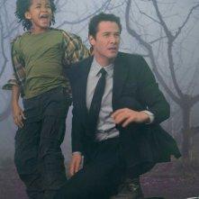 Jaden Smith e Keanu Reeves in una scena del film Ultimatum alla Terra