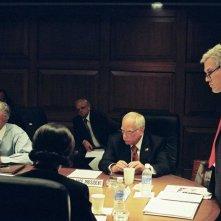 Jeffrey Wright (interprete di Colin Powell), Toby Jones (Karl Rove), Richard Dreyfuss (Dick Cheney) e Josh Brolin (George W. Bush) in una scena del film W. di Oliver Stone