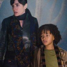 Jennifer Connelly e Jaden Smith in una scena del film Ultimatum alla Terra