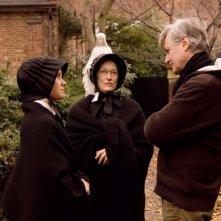 Amy Adams, Meryl Streep e il regista John Patrick Shanley sul set del film Il dubbio