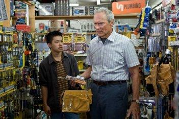 Bee Vang e Clint Eastwood in un'immagine del film Gran Torino