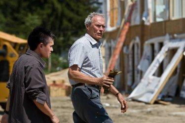 Bee Vang e Clint Eastwood in una scena del film Gran Torino