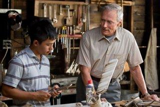 Bee Vang e Clint Eastwood in una scena di Gran Torino