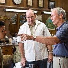 Bee Vang, John Carroll Lynch e Clint Eastwood in una scena del film Gran Torino