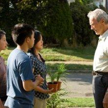 Brooke Chia Thao, Bee Vang, Ahney Her e Clint Eastwood in una scena del film Gran Torino