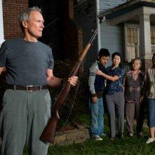 Clint Eastwood, Bee Vang, Brooke Chia Thao, Chee Thao e Ahney Her in una scena del film Gran Torino