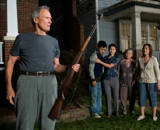 Clint Eastwood, Bee Vang, Brooke Chia Thao, Chee Thao e Ahney Her in una scena del film Gran Torino