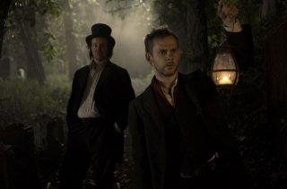 Dominic Monaghan e Larry Fessenden perlustrano un cimitero in I Sell the Dead