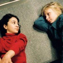 Lina Leandersson e Kåre Hedebrant in un'immagine del film Lasciami entrare