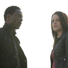 Michelle Ryan e Isaiah Washington in una scena dell'episodio Studi universitari di Bionic Woman