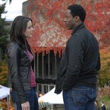 Michelle Ryan e Isaiah Washington nell'episodio Studi universitari di Bionic Woman