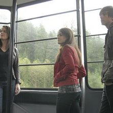 Michelle Ryan e Lucy Hale in una scena di Non disturbare della serie Bionic Woman