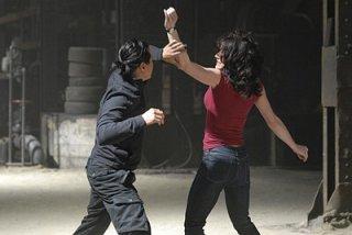 Michelle Ryan e Will Yun Lee in una scena dell'episodio Mistero a Paradise di Bionic Woman