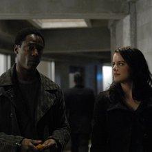 Michelle Ryan ed Isaiah Washington in una scena dell'episodio Questione di fiducia di Bionic Woman