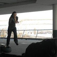 Michelle Ryan in una scena d'azione di Non disturbare della serie Bionic Woman