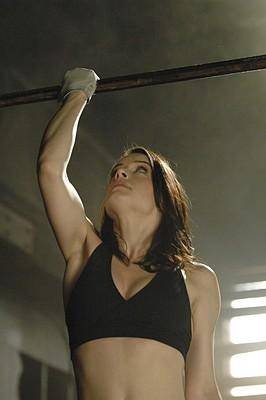 Michelle Ryan nell'episodio Mistero a Paradise di Bionic Woman