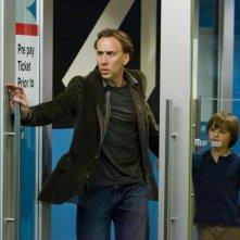 Nicolas Cage e il piccolo Chandler Canterbury in knowing