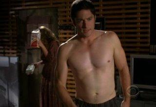 Ghost Whisperer: David Conrad e Jennifer Love Hewitt (alle sue spalle) in una sequenza 'piccante' dell'episodio Pieces of You (quarta stagione)
