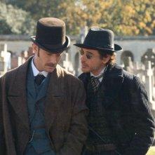 Jude Law e Robert Downey Jr. confabulano in Sherlock Holmes