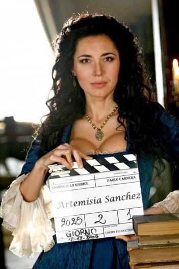 Michelle Bonev nei panni di Artemisia Sanchez sul set della serie televisiva