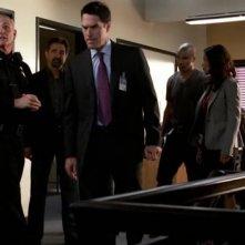 Il team del BAU insieme a Joe Regalbuto che interpreta il Comandante Marks nell'episodio 'Brothers in Arms' della serie tv Criminal Minds