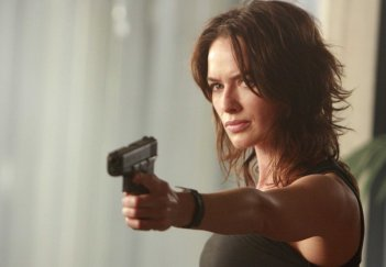 Lena Headey in una scena dell'episodio Earthlings Welcome Here di The Sarah Connor Chronicles