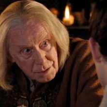 Richard Wilson durante una scena dell'episodio 'The Poisoned Chalice' della serie tv Merlin