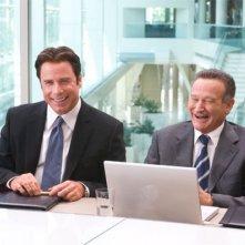 John Travolta e Robin Williams estremamente sorridenti in una scena di Old Dogs