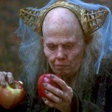 Sigourney Weaver nel film Biancaneve nella foresta nera