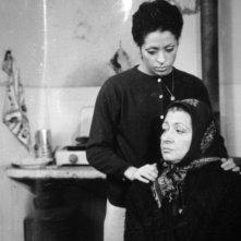 Elsa Asteggiano (seduta) e Giselda Castrini nel film Un normale giorno di violenza (di Giorgio Rizzini, 1971)