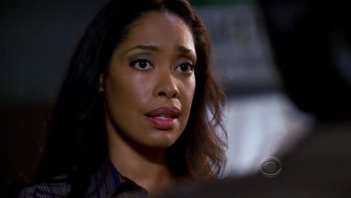 Gina Torres in una scena di 'Normal' della quarta stagione di Criminal Minds